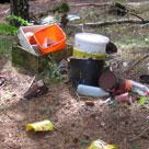 Affald i Tingskoven 100 m fra vej.