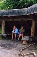 Børn ved bålhytte. Foto: Søren Fodgaard, Dansk Skovforening