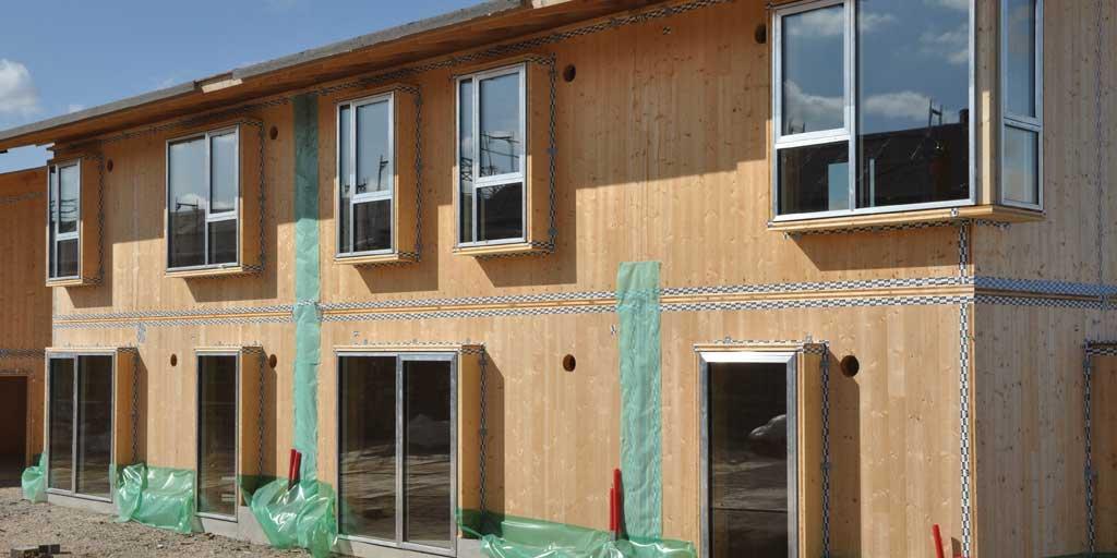 Byggeriets CO2-aftryk kan nedsættes betydeligt ved anvendelse af træ. (Foto fra opførelse af Skademosen i Roskilde).