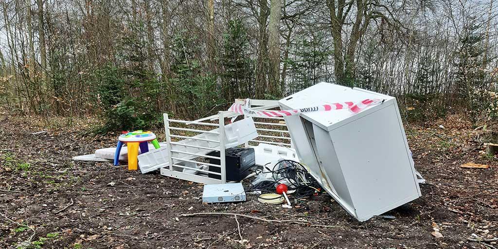 Affald læsset af i skov tæt på Hvalsø efter lukning af genbrugspladsen. Lokalt vækker det stor forargelse i Facebook-grupper.
